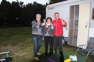 Rudi en Paulette toasten champagne op het behaalde eindresultaat