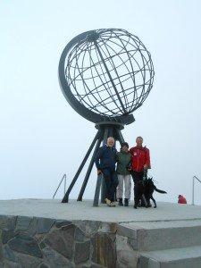 Onder het noordkaapmonument, samen met Paulette en Rudie