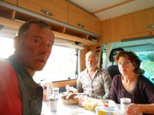 Samen hapje en kop koffie in camper